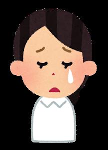 泣いている看護師
